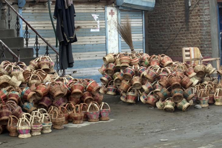 Kangdi stapeln sich vor einem Laden in der Innenstadt von Srinagar. Foto: Sugato Mukherjee