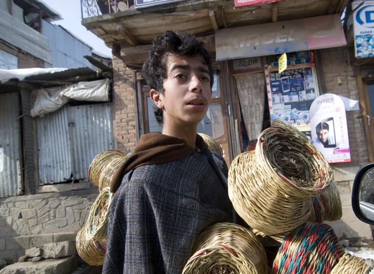 Der fünfzehnjährige Showkat Hussain verkauft Kangdi, während die Schule geschlossen bleibt. Foto: Sugato Mukherjee