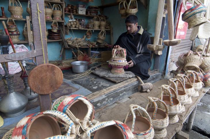 Kangdi-Verkäufer Mushtaq begutachtet einen dekorativen Kangdi. Foto: Sugato Mukherjee