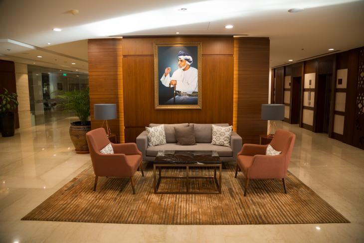 Ein Porträt von Sultan Qaboos hängt in der Lobby des Fraser Suit Hotels in Muscat, im November 2019. Foto: Pascal Mannaerts