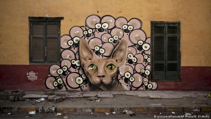 Ein Straßenbild zeigt eine Katze, die von vielen Mäusen umringt ist. Foto: picture-alliance/AP Photo/N. El-Mofty