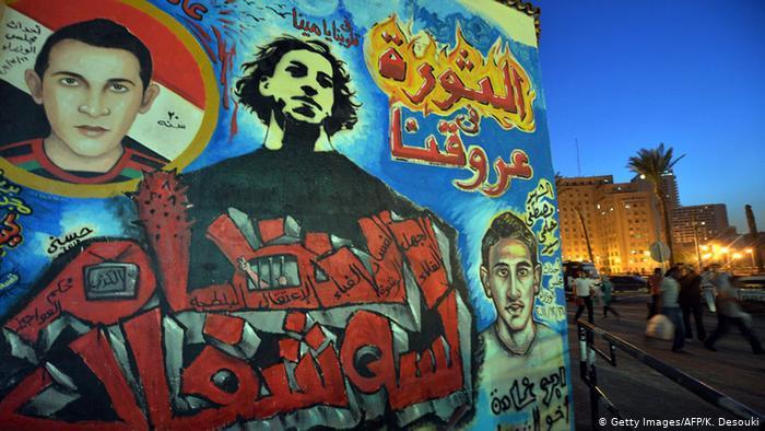 Revolution liegt uns im Blut steht in arabischer Schrift auf einem großformatigen Graffiti in Kairo. Foto: Foto: Getty Images/AFP/K. Desouki