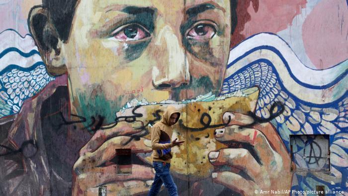 Wandbild zeigt einen Jungen, der ein Dönerbrot in der Hand hält und Tränen in den Augen hat. Foto: picture-alliance/AP Photo/Amr Nabil
