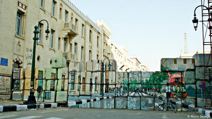 Graffiti zeigt einen Blick in eine Straße in Kairo.