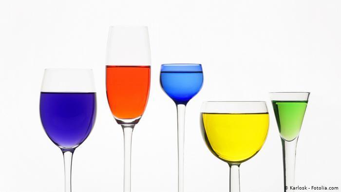 Weingläser, unterschiedliche Formen, gefüllt mit bunter Flüssigkeit (photo: Karlosk - Fotolia.com)