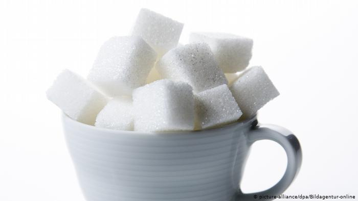 Zuckerwürfel in einer Tasse (photo: picture-alliance/dpa/Bildagentur-online)