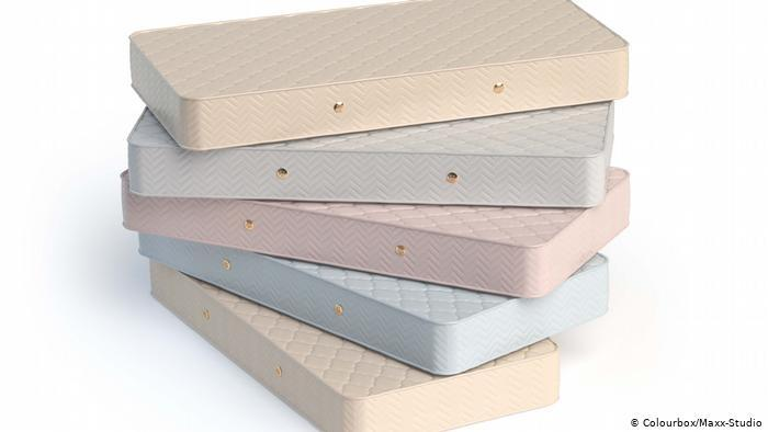 Fünf aufeinander gestapelte Matratzen (photo: Colourbox/Maxx-Studio)