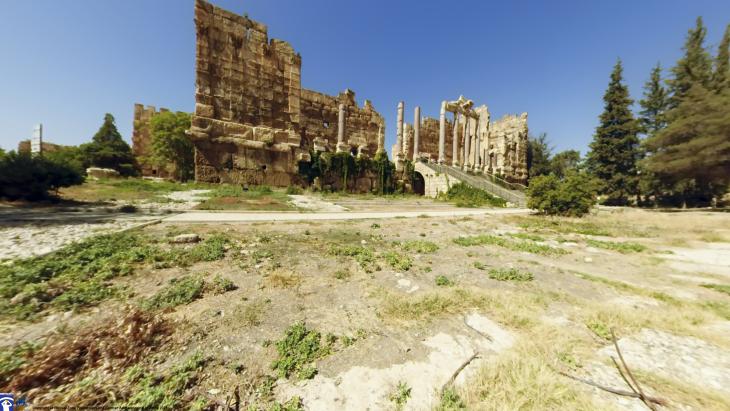 Die Propyläen, Eingangshalle des Heiligtums, Baalbek, Libanon. Foto: Flyover; Zone © Flyover Zone und Deutsches Archäologisches Institut.