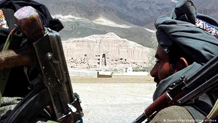Zerstörung Buddha-Statuen in Bamiyan | Taliban Milizen vor zerstörter Buddha Statuen