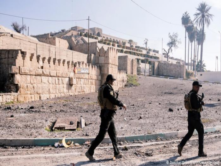 Vor der zerstörten Prophet-Jona-Moschee patrouillieren zwei Soldaten mit Gewehren; Foto: Dimitar Dilkov/AFP Getty Images