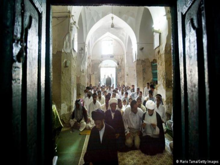 Muslime auf den Knien in der Al-Kifl-Moschee; Foto: Mario Tama/Getty Images
