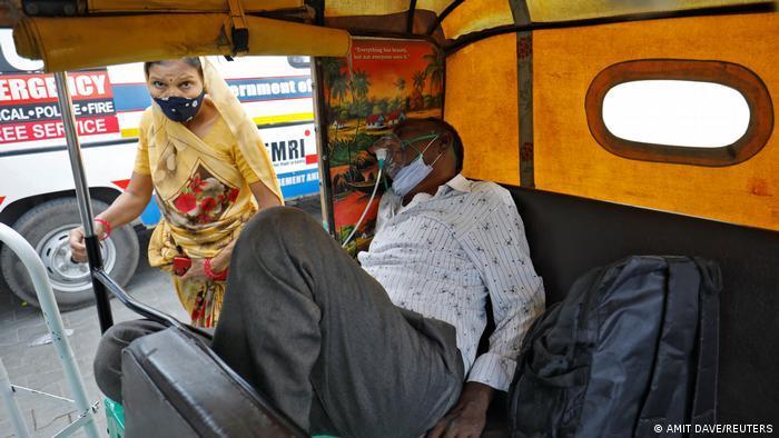 Indien Bildergalerie Coronavirus   Ahmedebad, COVID-19 Patient in Motorrikscha