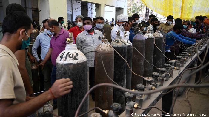 Indien Bildergalerie Coronavirus   Sauerstoffflaschen