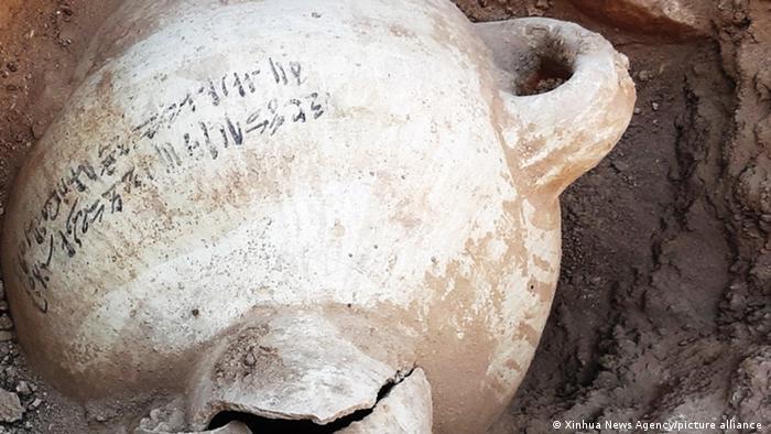 Großer Tontopf, gefunden in der verlorenen Stadt von Luxor