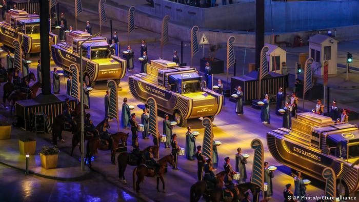 Goldene Parade der Pharaonen; Prozession von Fahrzeugen bei Nacht