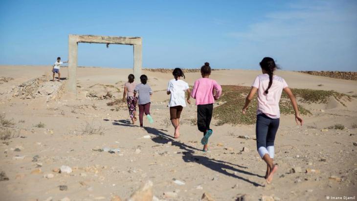 Kinder spielen in dem alten spanischen Fort, bevor sie an einer Surfstunde teilnehmen. Foto: Imane Djamil