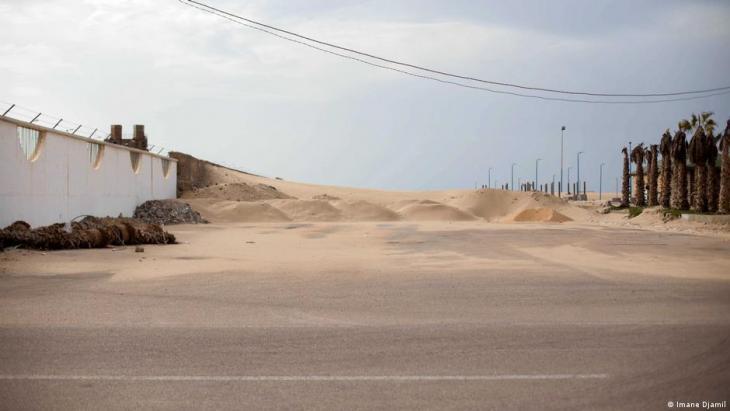 Sandhaufen liegen auf der Hassan II Avenue. Foto: Imane Djamil