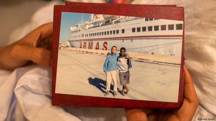 Maatoug hält ein Foto aus dem Jahr 2008, auf dem er und ein Freund vor der Armas Essalama posieren. Foto: Imane Djamil