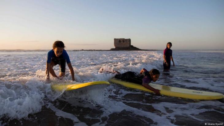 Schüler surfen während einer Unterrichtsstunde vor dem La Casa del Mar. Foto: Imane Djamil