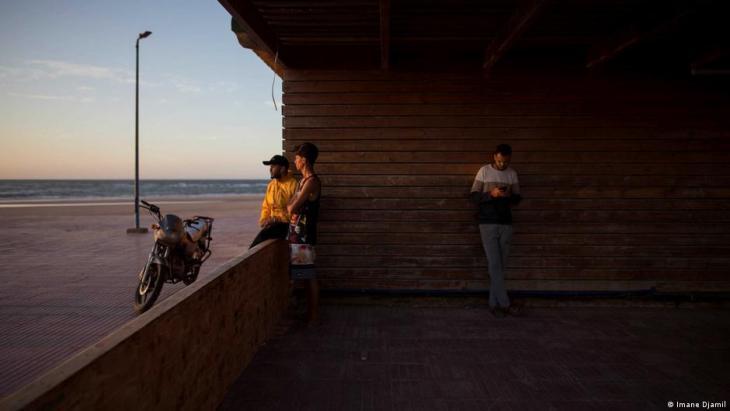 Ahmaida Manssour, 31, ein Surftrainer, und seine Freunde verbringen vor dem Iftar im Surfclub Nuevas Olas Zeit miteinander. Foto: Imane Djamil