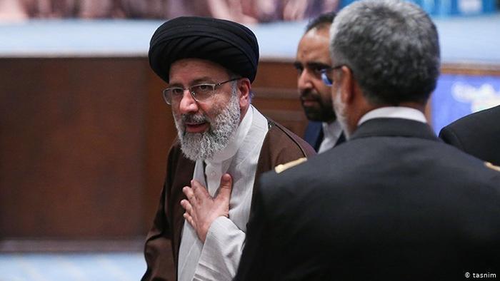 """Der 61-jährige Kleriker Ebrahim Raisi kandidiert zum zweiten Mal, 2017 verlor er gegen den amtierenden Präsident Rohani. 2019 wurde er vom religiösen Führer Ayatollah Chamenei zum Justizchef ernannt und wird als möglicher Nachfolger Chameneis gehandelt. In den 80er Jahren gehörte Raisi dem sogenannten """"Todes-Komitee"""" an, das für die Hinrichtung Tausender politischer Gefangener verantwortlich war."""