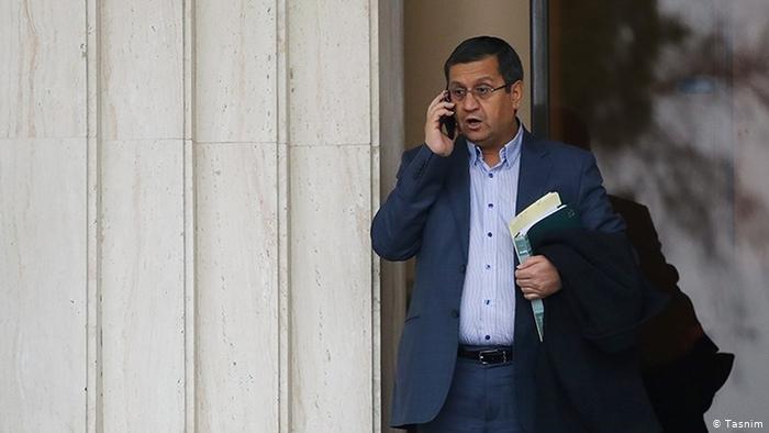 Abdulnaser Hemmati ist Leiter der iranischen Zentralbank. Nachdem die Bewerbungen von Vizepräsident Dschahangiri sowie dem früheren Parlamentspräsidenten Laridschani vom Wächterrat abgelehnt wurden, gilt er als der Kandidat der Moderaten, der noch am ehesten den Kurs Rohanis fortführen würde. Hemmati betont seine politische Unabhängigkeit und verweist auf seine Pläne für den Aufbau der Wirtschaft.