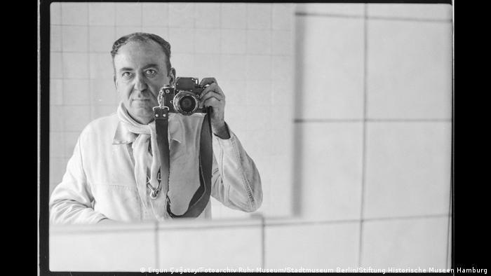 """Ergun Cagatay fotografiert sich in einem Spiegel mit einer Spiegelreflex-Kamera. Aus der Ausstellung """"Wir sind von hier. Deutsch-Türkisches Leben 1990""""."""