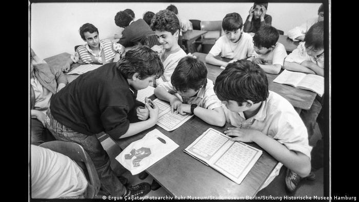 """Schüler in einer Klasse beim Lesen. Aus der Ausstellung """"Wir sind von hier. Deutsch-Türkisches Leben 1990""""."""