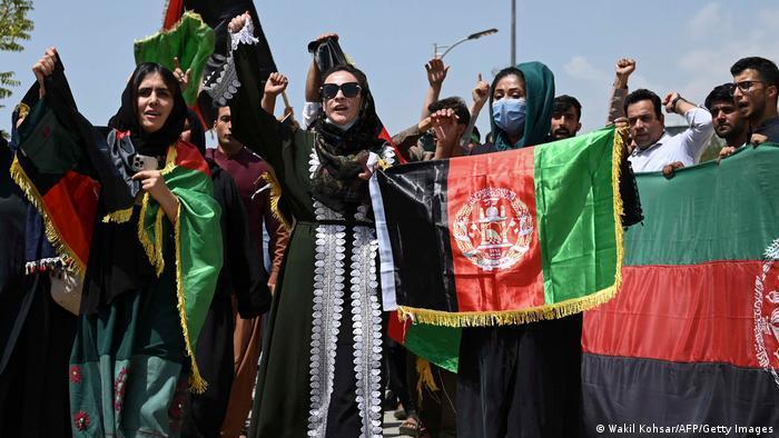 Afghaninnen halten in Kabul ihre Landesfahne hoch