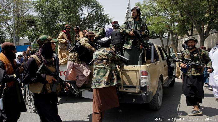 Eine Gruppe von Taliban-Kämpfer und -Unterstützern