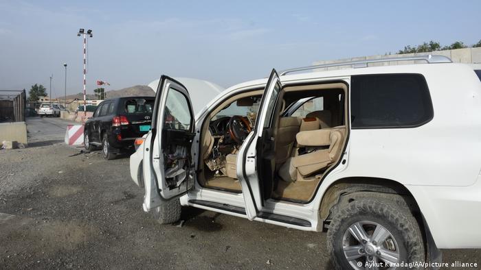 Zerstörte Autos am Flughafen Kabul