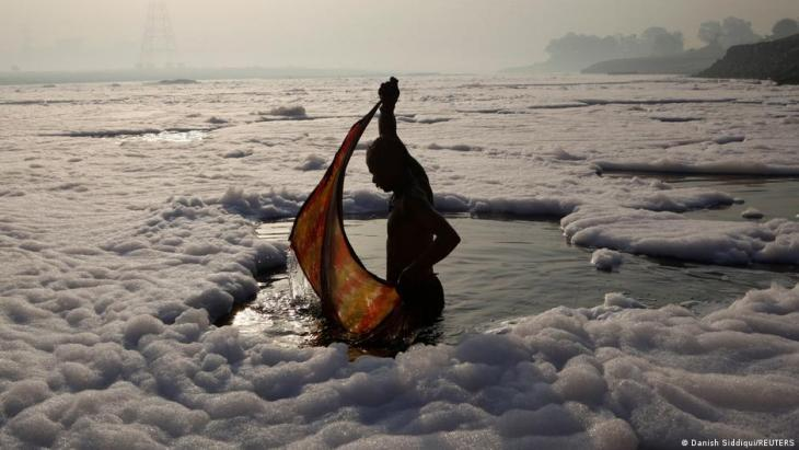 Ein gläubiger Hindu nach dem rituellen Bad im verschmutzten Yamuna-Fluss in Neu-Dehli; Foto: REUTERS/Danish Siddiqui