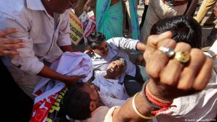 Arbeiter verschiedener Gewerkschaften bei einem Streik schreien Parolen während einer Straßenblockade in Mumbai am 20. Februar 2013; Foto: REUTERS/Danish Siddiqui