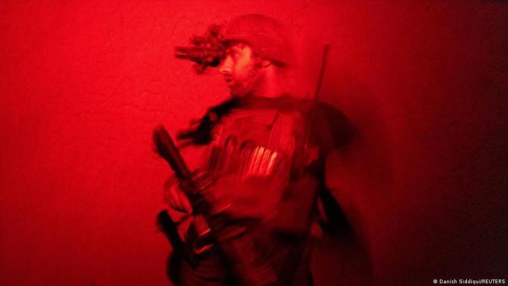 Ein Mitglied der afghanischen Spezialeinheiten in der Provinz Kandahar in Afghanistan am 12. Juli 2021 beobachtet die Durchsuchung eines Hauses während eines Kampfeinsatzes gegen die Taliban; Foto: REUTERS/Danish Siddiqui