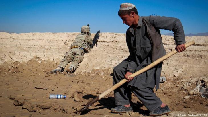 Ein afghanischer Junge an einer Baustelle der US-Armee 3/1 AD Task Force während der US-Soldat au seinem Beobachtungsposten ist während einer gemeinsamen Mission mit den afghanischen Streitkräften in einem Dorf im Distrikt Kherwar in der Provinz Loga in Ost-Afghanistan am 23. Mai 2012; Foto: REUTERS/Danish Siddiqui