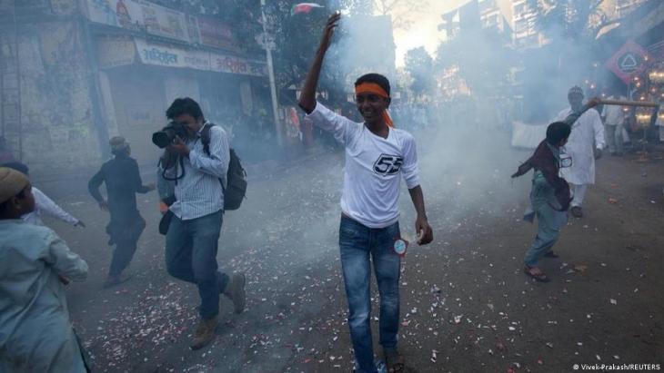 Reuters-Fotograf Danish Siddiqui beim muslimischen Fest der Geburt des Propheten am 16. Februar 2011 in Mumbai, Indien, als während einer Prozession Feuerwerkskörper explodieren; Foto: REUTERS/Danish Siddiqui