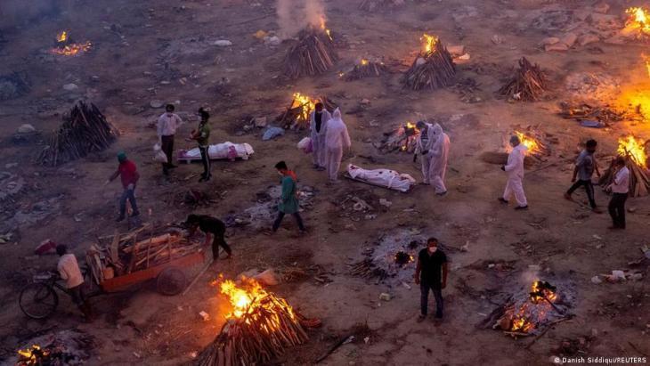 Menschen warten an einem Krematorium darauf, Opfer der Corona-Pandemie zu verbrennen am23. April 2021 in Neu-Dehli; Foto: REUTERS/Danish Siddiqui