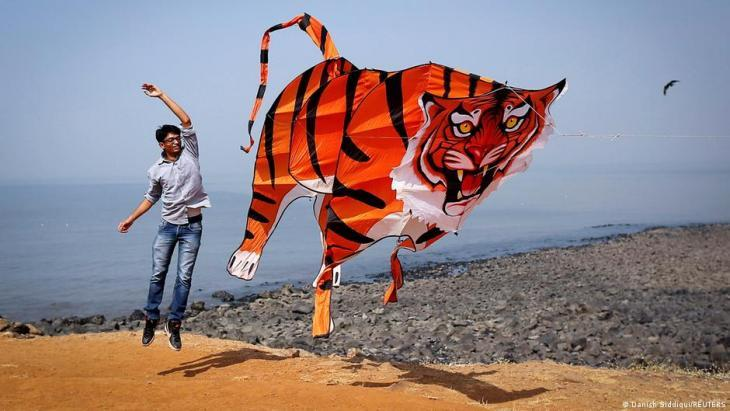 Beim International Kite Festival in Mumbai am 8. Januar 2014 hält ein Teilnehmer einen Drachen in Gestalt eines Tigers; Foto: REUTERS/Danish Siddiqui