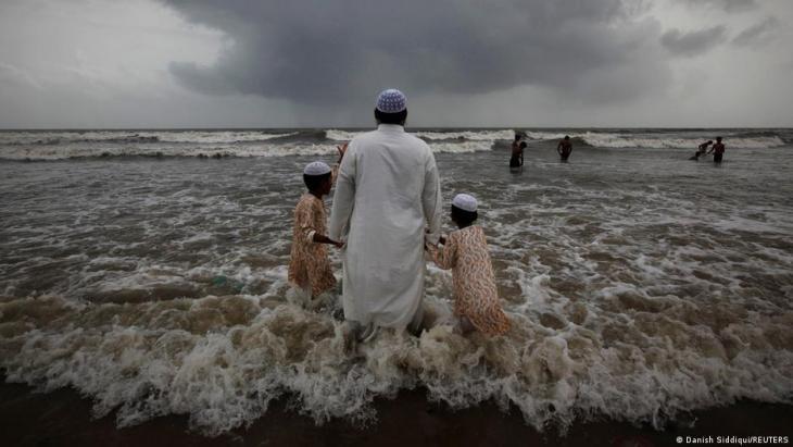 Ein muslimischer Mann mit seinen beiden Kindern am Strand von Mumbai während die Monsoon-Wolken zuziehen am 22. Juli 2011; Foto: REUTERS/Danish Siddiqui