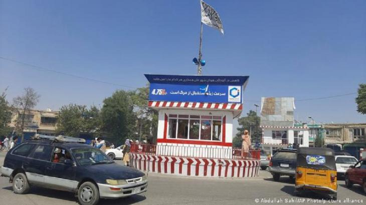 Taliban-Flagge gehisst  am zentralen Platz von Kundus. (Foto: Abdullah Sahil/AP Photo/picture alliance)