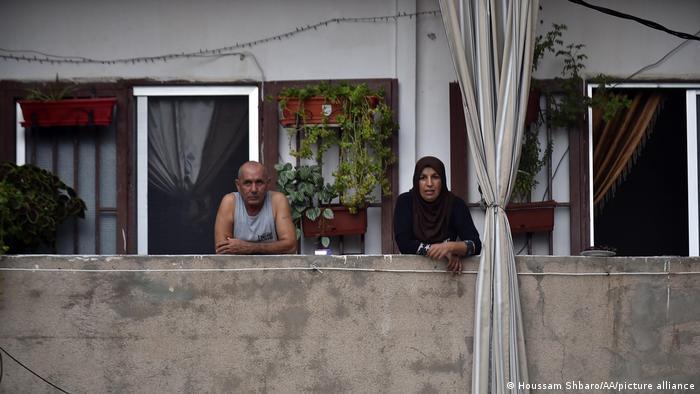 Älteres Paar auf ihrem Balkon in Beirut