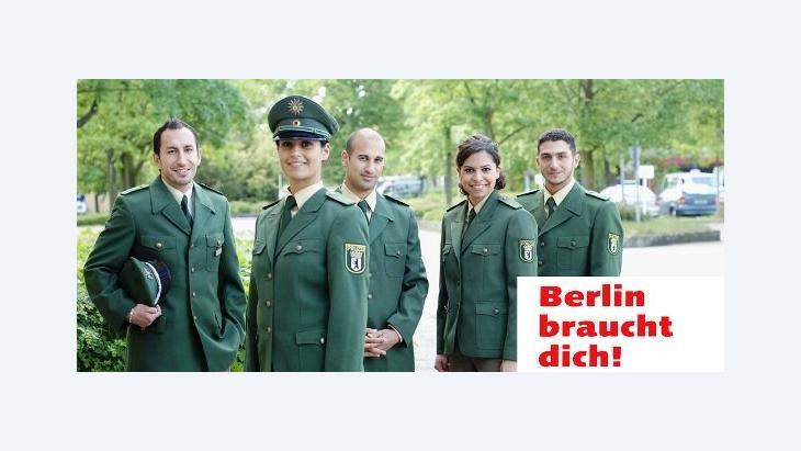"""Ein Werbeplakat der Initiative """"Berlin braucht dich!"""" zeigt Polizisten mit Migrationshintergrund; Foto: www.berlin-braucht-dich.de"""