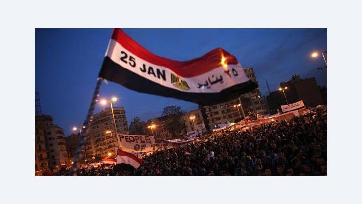 Demonstranten auf dem Tahrir-Platz mit ägyptischer Fahne der 25. Januar-Revolution; Foto: AP