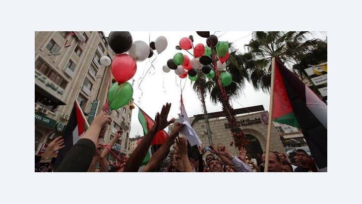 Palästinenser feiern in Ramallah das Versöhnungsabkommen zwischen der Hamas und der Fatah; Foto: dpa