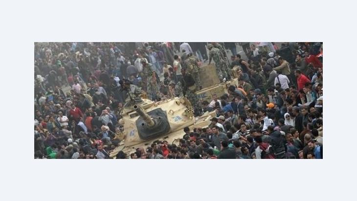 Menschenmenge um Panzer der ägyptischen Armee; Foto: dpa