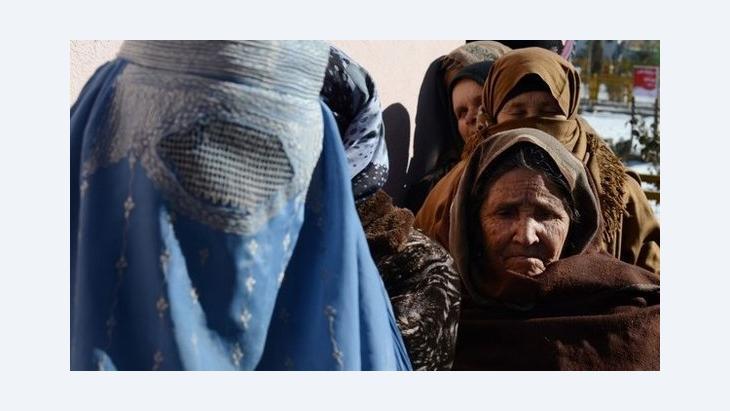 Hilfsbedürftige afghanische Frauen erhalten Lebensmittel des UNHCR in Kabul; Foto: AFP/Getty Images