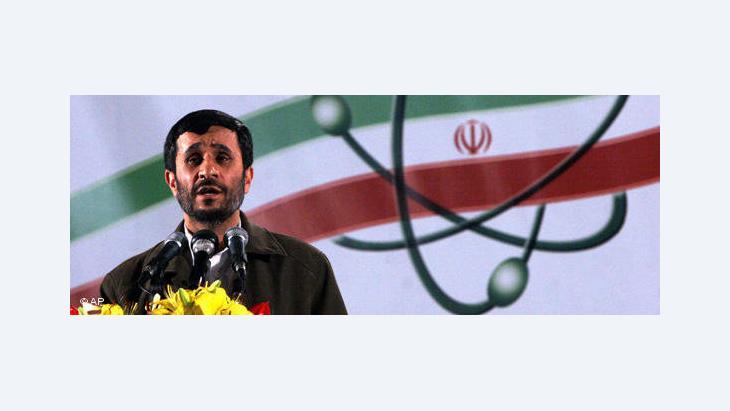 Irans Präsident Ahmadinedschad während einer Rede in Natanz; Foto: AP