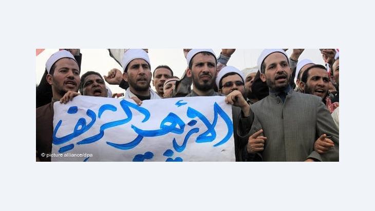 """Muslimische Gelehrte der Azhar-Universität halten ein Transparent mit der Aufschrift hoch: """"Die Azhar ist mit der Revolution der freien Leute""""; Foto: dpa"""