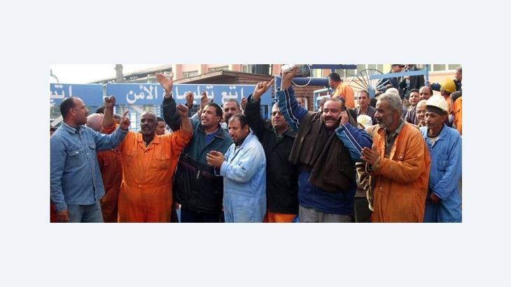 Arbeiter der Suezkanal-Behörde streiken vor der Konzernzentrale im ägyptischen Ismailiya; Foto: APA/EPA
