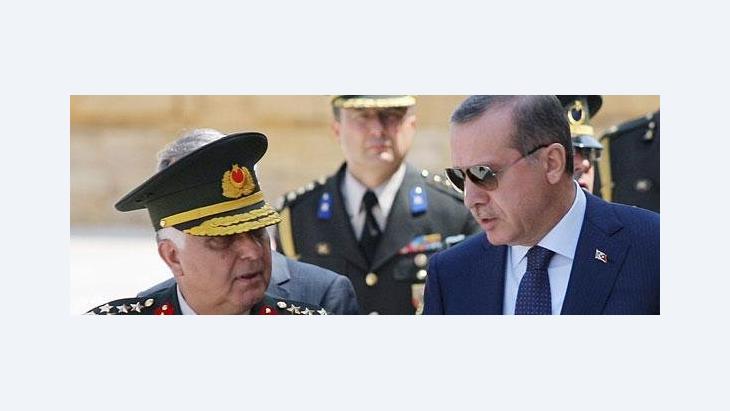 Der türkische Ministerpräsident Erdogan am 1. August 2011 während eines Treffens mit General Necdet Özel; Foto: AP